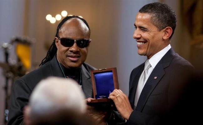 800px-Barack_Obama_presents_Stevie_Wonder_with_Gershwin_Award_2-25-09